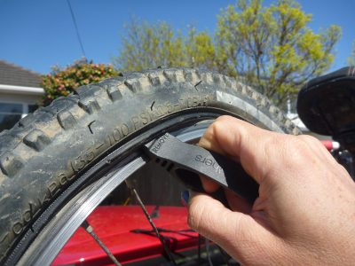 Tyre lever under tyre. Bike tool. goRide