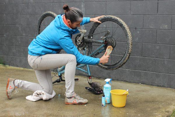 women bike cleaning goRide v3